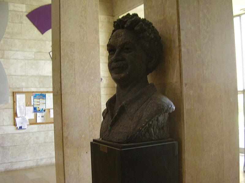 פסל של ברל כצנלסון בבית ההסתדרות בתל אביב