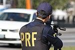 Policiais rodoviários federais operam radar móvel na Linha Verde, em Curitiba (29099443341).jpg