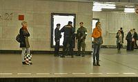 Policisté a vojáci na Hlavním nádraží v Praze.JPG