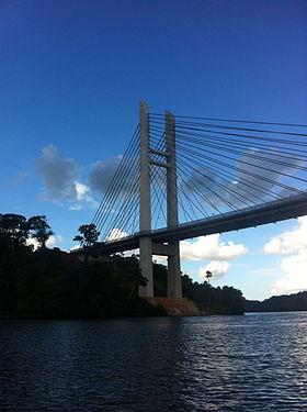 Le pont sur l'Oyapock vu depuis le fleuve.