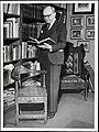 Portrett av bokhandler Bjarne Welle i sitt bibliotek (8496676289).jpg
