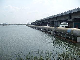 Chennai Bypass - Image: Porur Lake and flyover