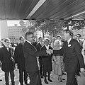 Prins Bernhard schudt de hand van de Rotterdamse burgemeester Wim Thomassen, Bestanddeelnr 919-5925.jpg