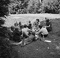 Prinses Beatrix met andere leerlingen eten boterhammen in de tuin, Bestanddeelnr 255-7385.jpg