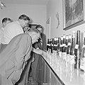 Proeverij bij een wijnboer in Kröv, Bestanddeelnr 254-3925.jpg