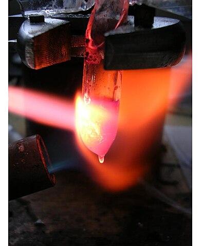 Datei:Rhodium löst sich in glühendem Salzbad.jpg