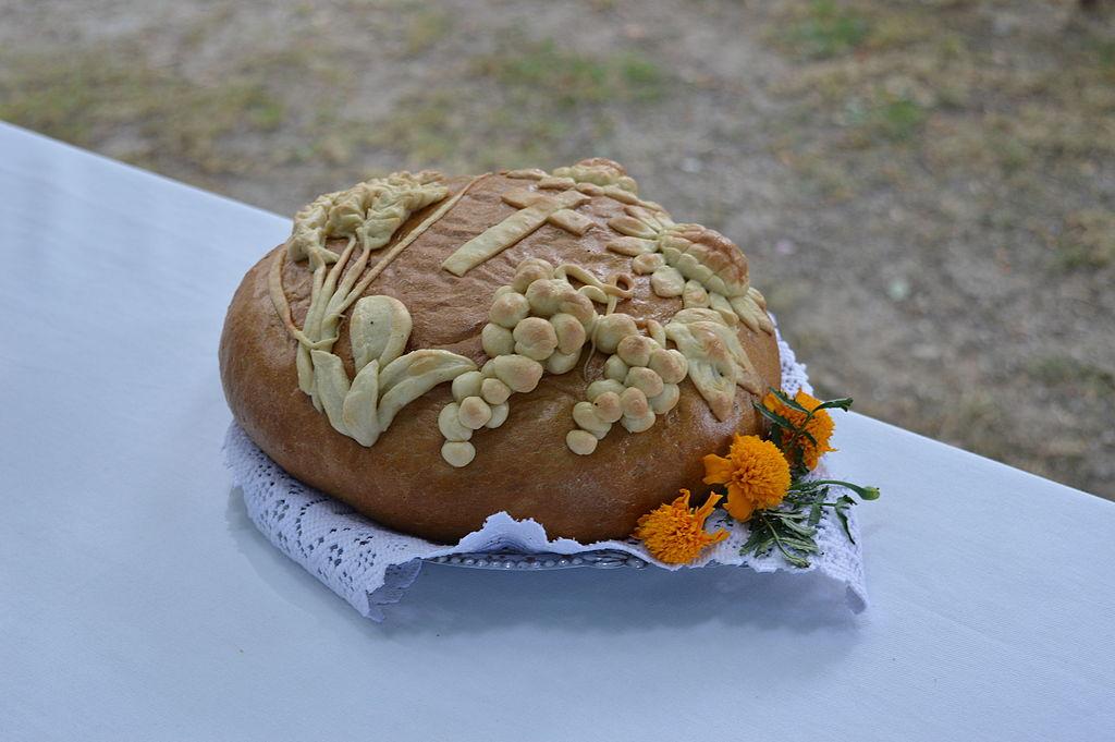 Rok obrzędowy z Wikipedią w Nowej Wsi Reszelskiej - chleb dożynkowy