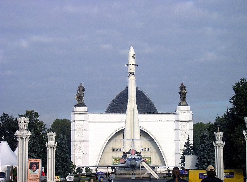 Exposición de los logros nacional de la URSS (actual centro Pan Ruso) 800px-Russia-Moscow-VDNH-Space_Pavilion