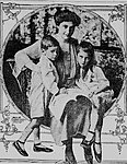 Ruth Hanna McCormick with two oldest children.jpg