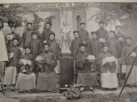 Chinese seminarists in a Jesuit mission in 1900. Seminaristes chinois.JPG