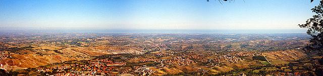 Weitwinkelblick von San Marino zur Adria