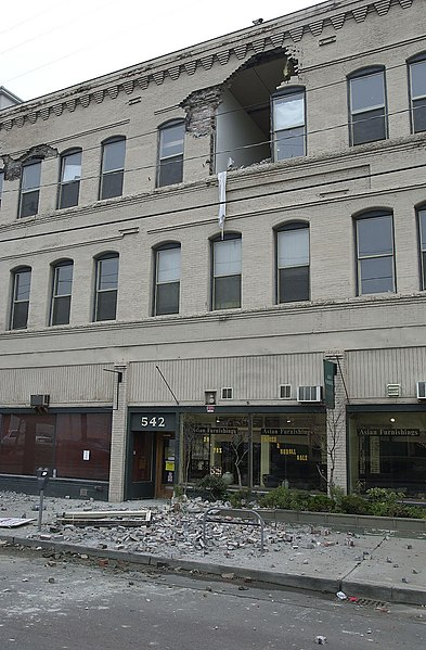 File:Seattle 2001 earthquake damage - 542 First Ave S.jpg