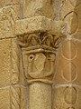 Sergeac église portail colonne chapiteau (1).jpg