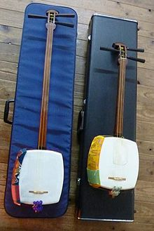 1=A picture showing the comparison of two Japanese three-stringed lutes, particularly that of a Heike shamisen, and a medium-sized shamisen.