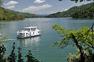 https://upload.wikimedia.org/wikipedia/commons/thumb/b/be/Shasta_Marina_at_Packer%27s_Bay_Houseboat_on_Shasta_Lake..jpg/320px-Shasta_Marina_at_Packer%27s_Bay_Houseboat_on_Shasta_Lake..jpg