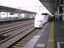 Datei:Shinkansen arriving at Gifu-Hashima.ogv