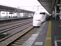 ファイル:Shinkansen arriving at Gifu-Hashima.ogv