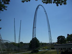 Skycoaster - A typical Skycoaster's entire structure, including the lifting towers and the main arch