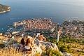 Sonnenuntergang am Gipfel Srd mit Blick auf die Altstadt von Dubrovnik, Kroatien (48738639823).jpg