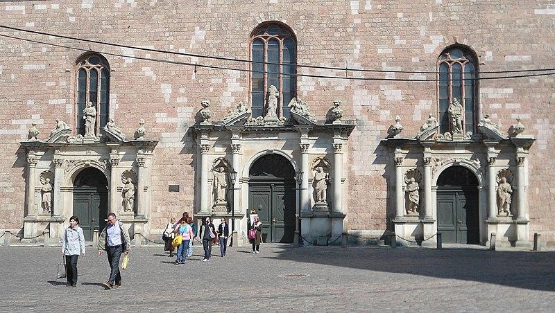 File:St Peter's Church entrance - panoramio.jpg