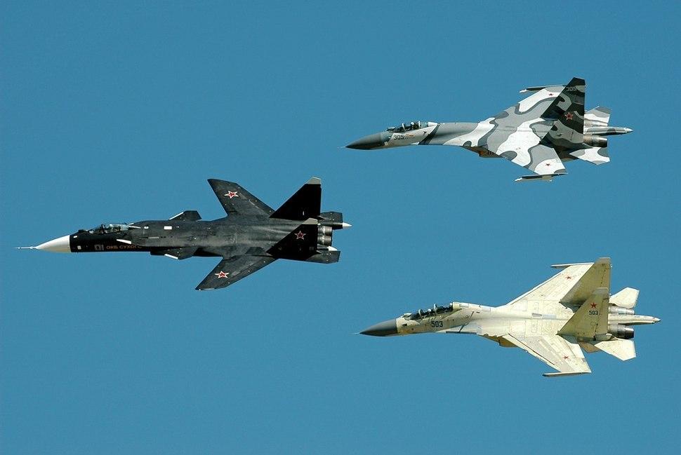 Sukhoi Su-47 in formation, 2005.jpg