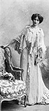Tea-Gown par Redfern 1902 cropped.jpg