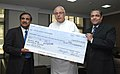 The CMD, IREDA, Shri D. Majumdar presenting the dividend cheque to the Union Minister of New and Renewable Energy, Dr. Farooq Abdullah, in New Delhi on October 22, 2009.jpg