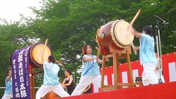চিত্র:Traditional-taikodrum-may2011.ogv