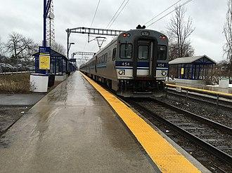 Roxboro-Pierrefonds station - Train at the station, looking towards Sunnybrooke station
