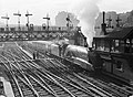 Trein op Edinburgh Waverley Railway Station, Bestanddeelnr 254-3694.jpg