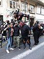 Turistas tomando fotos con los participantes en el desfile de fuego 2017.jpg