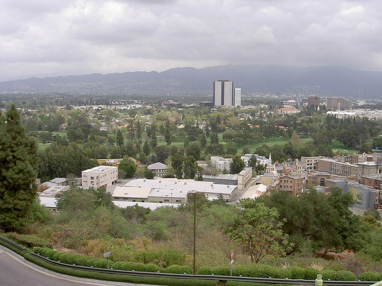 Знаменитый Universal City, отделённый от Голливуда перевалом Кахуэнга