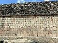 Uxmal - Quadrangulo de los Pajaros 1 Außenmauer.jpg