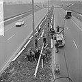 Vangrails beveiliging de weg Rotterdam Den Haag E10, me is bezig aan het laatste, Bestanddeelnr 916-1346.jpg
