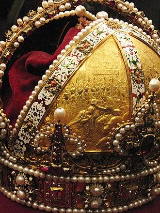 Imperial Crown of Austria - Image: Weltliche Schatzkammer Wien (258a)
