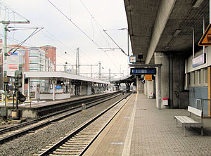 Frankfurt West station - Platforms for regional and S6 city-bound services, looking north