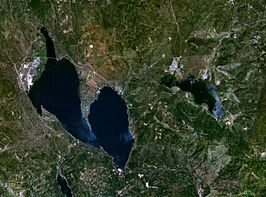 Satellietfoto van Lake Almador (links) en het Mountain Meadows Reservoir