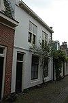 foto van Huis met interessante zijgevels met schouders halverwege, bestaande uit twee bouwlagen met kap