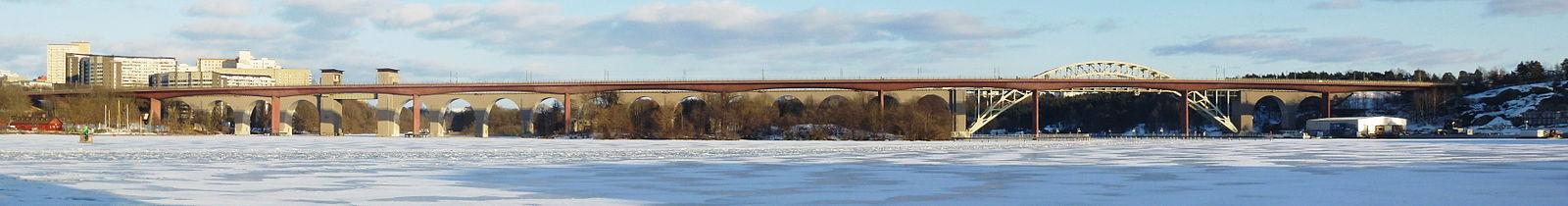 Den den Västrae Årstabron (nærmest) og Östra Årstabron, i midten ligger Årsta holme.   Vy fra Årstadalhavnen i marts 2013.