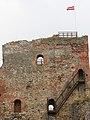 Бауска (Латвия) Крепостная стена с флагом - panoramio.jpg