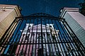 Ворота Костелу Іоанна Предтечі вночі.jpg