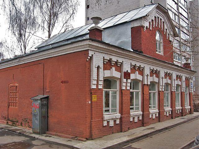 Дом-музей А.С.Грина, Киров. Находится на месте дома, где прошло детство будущего писателя в 1888—1894гг. Ветхий дом снесён в 1902, новое здание построено в 1905г.