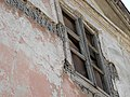 Окно одного из неотреставрированных зданий.jpg