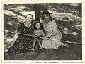 האישה מימין הינה הרבנית מריים ביילא שטנצל.jpg