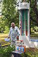 005e08e Pressekonferenz WasserKunst Zwischen Deich und Teich, beim Anrücken der Medienvertreter sieht Altmeister Siegfried Neuenhausen seine noch unvollständige Installation AUS DEM TEICH IN DIE FLASCHE mit Humor.jpg