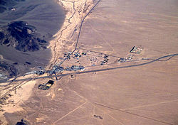 "Aerial view of Baker looking north: I-15 jogs south around the town, leaving Baker Boulevard, the main street, to show where the pre-interstate highway (US 91 و US 466) went. فرودگاه بیکر sits just north of the city alongside northbound CA 127، the ""Death Valley Road""."