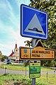 2012 Piotrowice koło Karwiny, Znak szlaku rowerowego przy wjeździe do wsi.jpg
