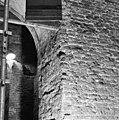 Aanzet lagere boog met de daarboven door gebroken boog aan de noordzijde van de toren - Batenburg - 20028348 - RCE.jpg