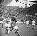 Ajax tegen Benfica 2-1, Costa Pereira (keeper) vangt bal voor aanstormende Nunin, Bestanddeelnr 917-7442.jpg