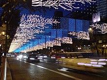 Une avenue de Madrid décorée. Les illuminations de Noël